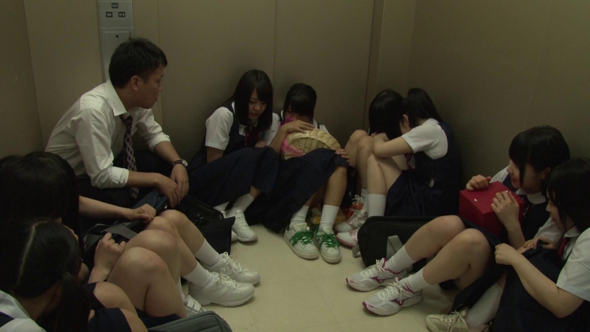 想像してみてください、あなたは教師。10人の純真無垢な●学生と突然エレベーターに閉じ込められたら・・・。あなたが生きている内にやり遂げたかった10のタブー 2 画像6