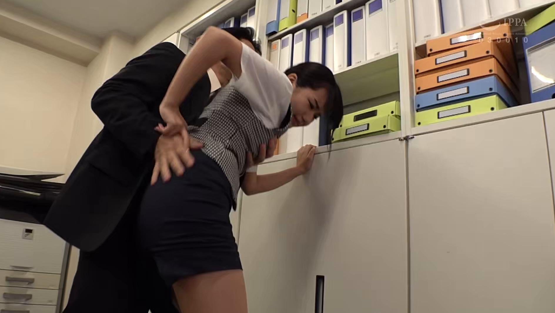汗ばむ季節・・・オフィスで大嫌いな上司に背後からパワハラ痴〇される私の蒸れた恥じらい尻 如月夏希,のサンプル画像24